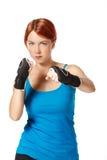 Boxeador de sexo femenino en guantes Imagen de archivo