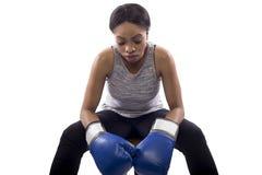 Boxeador de sexo femenino negro que se prepara con su cara del juego Foto de archivo