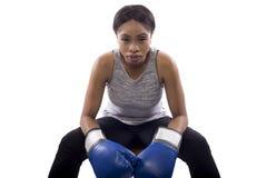 Boxeador de sexo femenino negro que se prepara con su cara del juego Imagen de archivo
