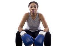 Boxeador de sexo femenino negro que se prepara con su cara del juego Fotografía de archivo