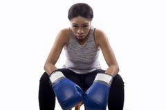 Boxeador de sexo femenino negro que se prepara con su cara del juego Foto de archivo libre de regalías