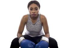 Boxeador de sexo femenino negro que se prepara con su cara del juego Fotografía de archivo libre de regalías