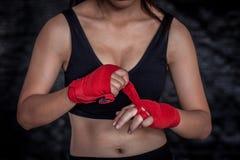 Boxeador de sexo femenino que envuelve la mano para la práctica Fotos de archivo libres de regalías