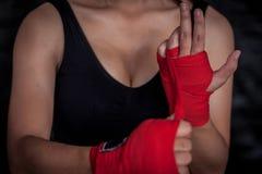 Boxeador de sexo femenino que envuelve la mano y el finger seguros para la práctica Fotos de archivo libres de regalías