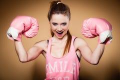 Boxeador de sexo femenino que lleva los guantes grandes del rosa de la diversión que juegan deportes Imágenes de archivo libres de regalías