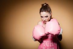 Boxeador de sexo femenino que lleva los guantes grandes del rosa de la diversión que juegan deportes Fotografía de archivo