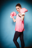 Boxeador de sexo femenino que lleva los guantes grandes del rosa de la diversión que juegan deportes Imagenes de archivo