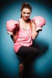 Boxeador de sexo femenino que lleva los guantes grandes del rosa de la diversión que juegan deportes Imagen de archivo libre de regalías