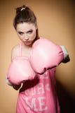 Boxeador de sexo femenino que lleva los guantes grandes del rosa de la diversión que juegan deportes Imagen de archivo