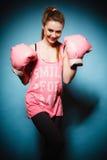 Boxeador de sexo femenino que lleva los guantes grandes del rosa de la diversión que juegan deportes Fotos de archivo