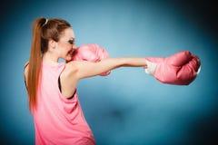 Boxeador de sexo femenino que lleva los guantes grandes del rosa de la diversión que juegan deportes Foto de archivo