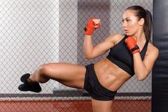 Boxeador de sexo femenino que lucha en un anillo Imágenes de archivo libres de regalías