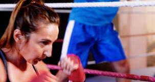 Boxeador de sexo femenino que practica en ring de boxeo metrajes