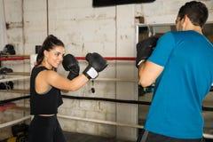 Boxeador de sexo femenino que toma el pelo a su opositor Imagen de archivo