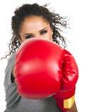 Boxeador de sexo femenino trigueno joven Fotografía de archivo