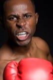 Boxeador de sexo masculino agresivo Foto de archivo libre de regalías