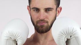 Boxeador de sexo masculino barbudo que sonríe a la cámara, colocándose en postura que lucha metrajes