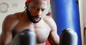 Boxeador de sexo masculino en humor agresivo en el estudio 4k de la aptitud metrajes