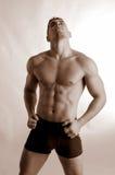 Boxeador de sexo masculino en troncos negros Fotografía de archivo libre de regalías