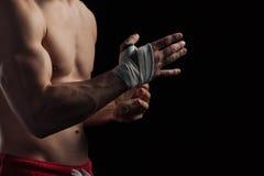 Boxeador de sexo masculino que se prepara para la lucha Fotos de archivo libres de regalías
