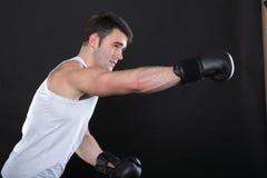 Boxeador del deportista del retrato en fondo de la oscuridad del estudio Imagen de archivo libre de regalías
