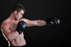 Boxeador del deportista del retrato en fondo de la oscuridad del estudio Fotos de archivo libres de regalías