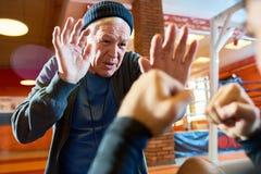 Boxeador del entrenamiento del hombre mayor en gimnasio imagenes de archivo