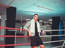 Boxeador del resto en el anillo imagenes de archivo