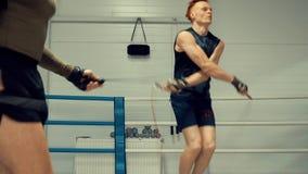 Boxeador dos que salta en la cuerda de salto a cámara lenta almacen de video