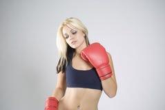 Boxeador elegante de la mujer de la actitud con los guantes rojos Foto de archivo libre de regalías