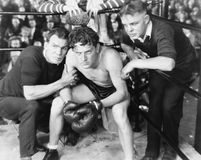 Boxeador en esquina con los instructores (todas las personas representadas no son vivas más largo y ningún estado existe Garantía Fotos de archivo libres de regalías