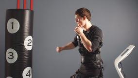 boxeador en traje del estímulo eléctrico en gimnasio almacen de metraje de vídeo