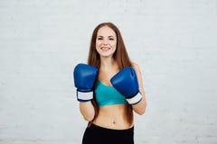 Boxeador hermoso de la muchacha con los apoyos Fotos de archivo libres de regalías
