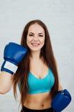 Boxeador hermoso de la muchacha con los apoyos Fotografía de archivo