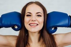 Boxeador hermoso de la muchacha con los apoyos Imagen de archivo libre de regalías
