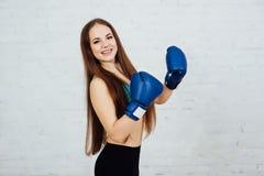 Boxeador hermoso de la muchacha con los apoyos Fotos de archivo