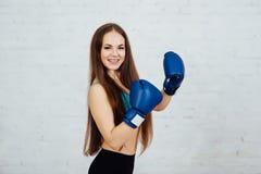 Boxeador hermoso de la muchacha con los apoyos Fotografía de archivo libre de regalías