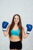 Boxeador hermoso de la muchacha con los apoyos Imagenes de archivo