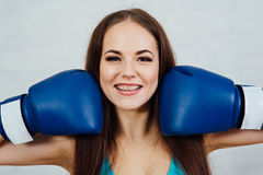 Boxeador hermoso de la muchacha con los apoyos Imágenes de archivo libres de regalías