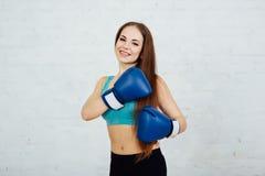 Boxeador hermoso de la muchacha con los apoyos Foto de archivo