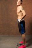 Boxeador joven apto en un gimnasio Imagen de archivo libre de regalías
