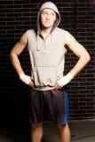 Boxeador joven confiado que se coloca que espera Foto de archivo