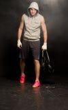Boxeador joven desanimado que se va después de una derrota imágenes de archivo libres de regalías