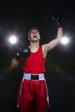 Boxeador joven en forma roja Foto de archivo