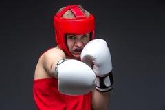 Boxeador joven en forma roja Foto de archivo libre de regalías