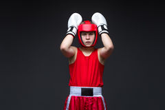 Boxeador joven en forma roja Fotos de archivo libres de regalías