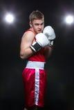 Boxeador joven en forma roja Imagen de archivo