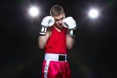 Boxeador joven en forma roja Imagenes de archivo