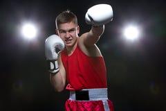 Boxeador joven en forma roja Fotografía de archivo libre de regalías