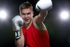 Boxeador joven en forma roja Imágenes de archivo libres de regalías